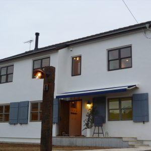 落ち着きのある白い外観の家