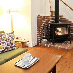 暖かい薪ストーブのある部屋